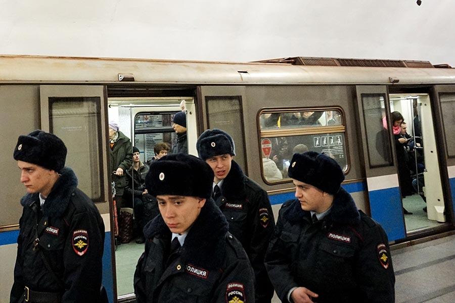 據報投宿在俄羅斯首都同一家酒店的兩名北韓人,分別在上周五及上周六被發現離奇死在房間裏,俄國警方展開調查。圖為俄國警察。(KIRILL KUDRYAVTSEV/AFP/Getty Images)