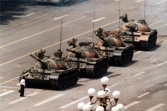 著名的坦克男子照片。(維基百科,這張照片為由美聯社的攝影師傑夫・懷登所拍攝的版本)
