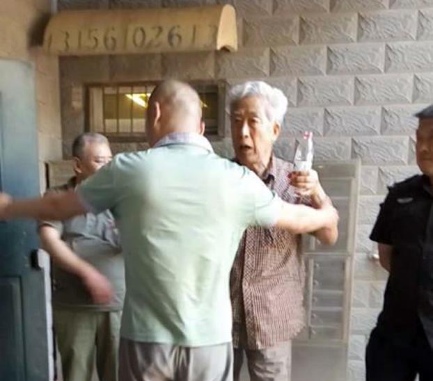 公安檔著不讓孫文廣下樓參加「六四」紀念會。(網絡圖片)