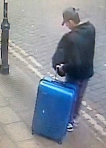 大曼徹斯特警察局5月29日發佈的照片顯示,炸彈襲擊前幾小時凶手阿貝迪攜帶著藍色手提箱。(AFP PHOTO/GREATER MANCHESTER POLICE)