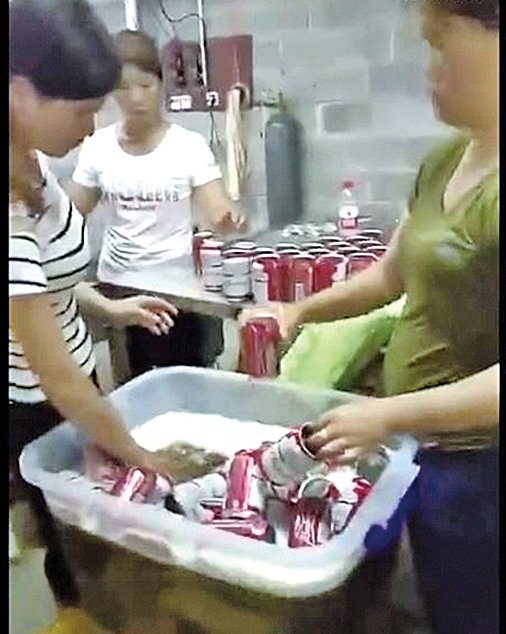 百威啤酒被山寨 工廠員工徒手入酒桶裝罐