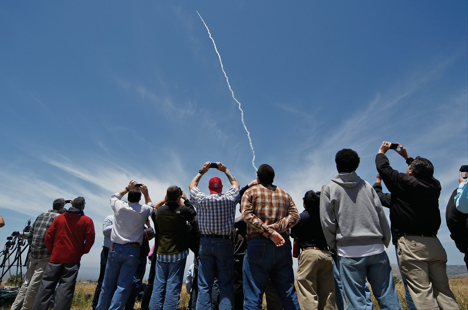 美國宣布成功完成全球首次的洲際飛彈攔截測試。圖為民眾在范登堡空軍基地觀看飛彈發射。 (AFP)