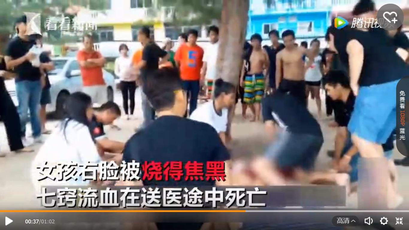 5月24日,泰國一對情侶在海灘度假時,突然遭到雷劈。圖為他們遭雷擊後,遊客替他們做心肺復甦。(視像擷圖)
