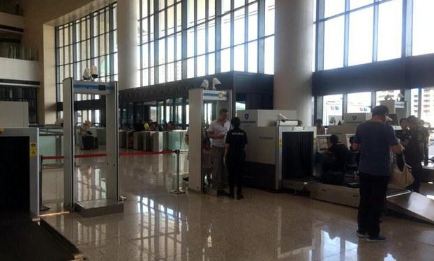 「六四」紀念日前夕,新疆首府烏魯木齊全面提升戒備。圖為新疆烏市火車站大廳,一安檢人員正在檢查旅客有無攜帶違禁品。(志願者提供/自由亞洲電台)