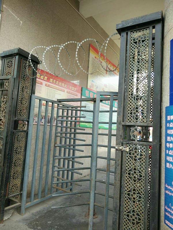 烏魯木齊居民社區入口鐵捲門加上鐵絲網,如同部份監獄入口。(志願者提供/自由亞洲電台)