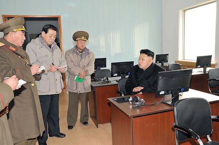 在金正恩公開露面的照片中,總是可見其周圍有一群官員在記筆記。有專家指,這是官方刻意「美化」金正恩的一種宣傳手段。(KNS/AFP/Getty Images)