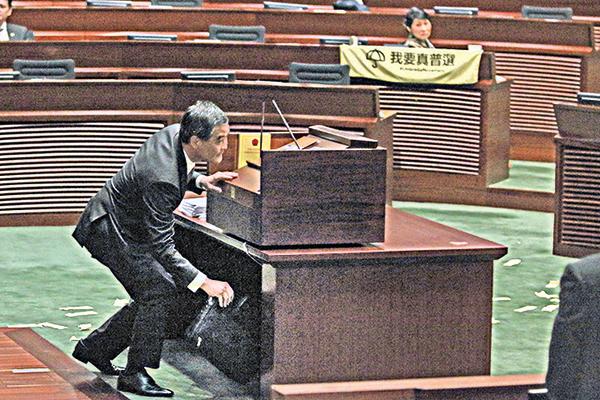 梁振英出席任內最後一次立法會答問大會,被議員質問他出任全國政協副主席是「帶病提拔」,或面臨雙規。(李逸/大紀元)