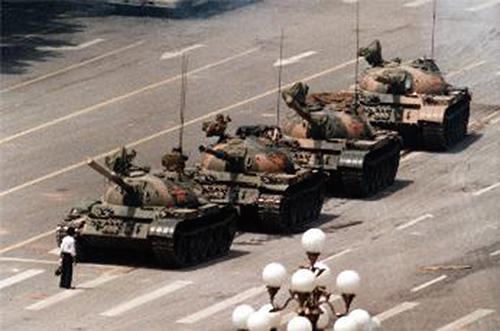 六四屠城著名的「王維林」在長安大街擋坦克照片。(維基百科,這張照片為由美聯社的攝影師傑夫.懷登所拍攝的版本)