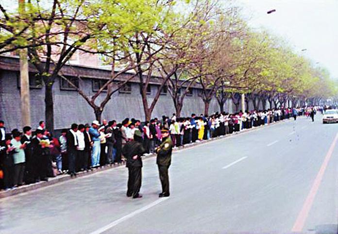 震驚中外的1999年「4.25」事件,萬名法輪功學員前往北京和平上訪。(明慧網)