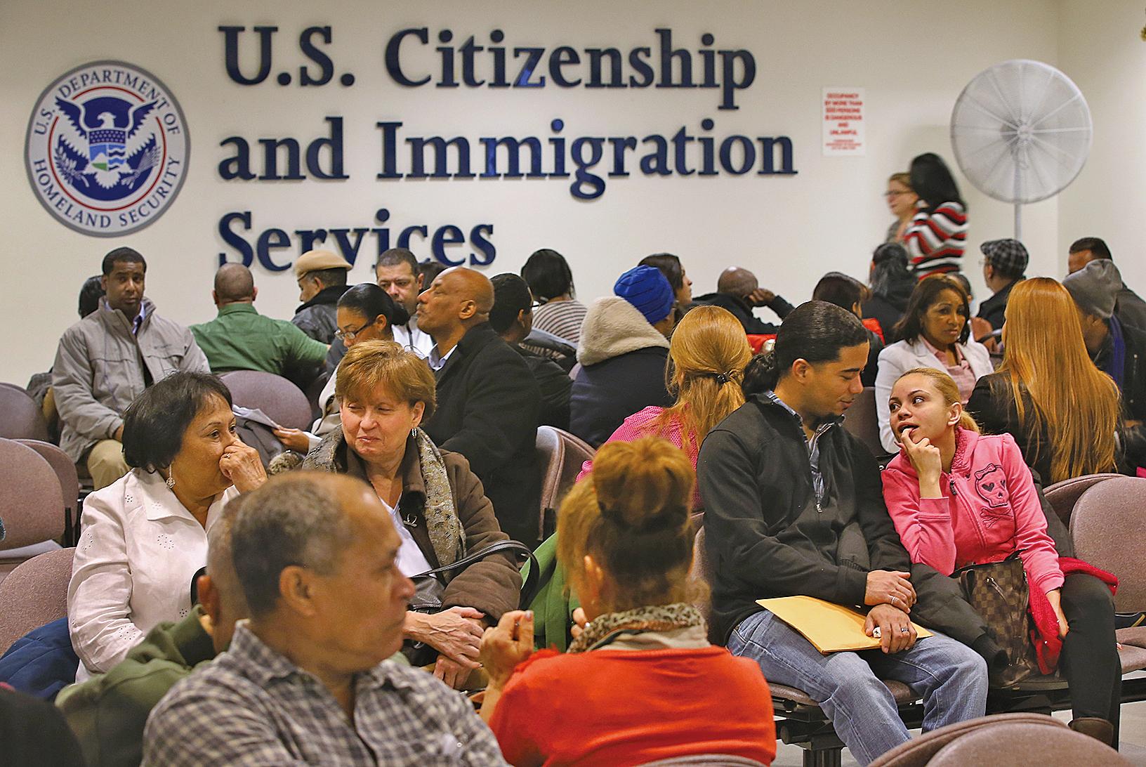 美國聯邦眾議員日前提出一項法案,要求H-1B非移民工作簽證年度限額,排除適用取得美國理工博士學位的外國人。(John Moore/Getty Images)