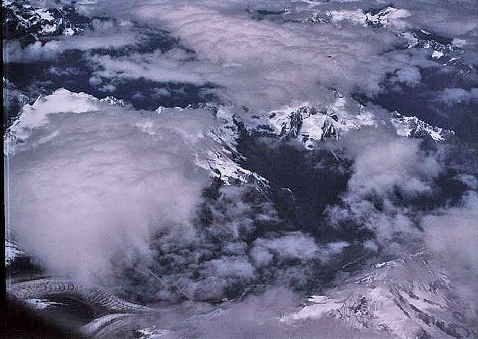 西藏上空拍攝到的龍在雲層間飛翔照片。(網絡圖片)