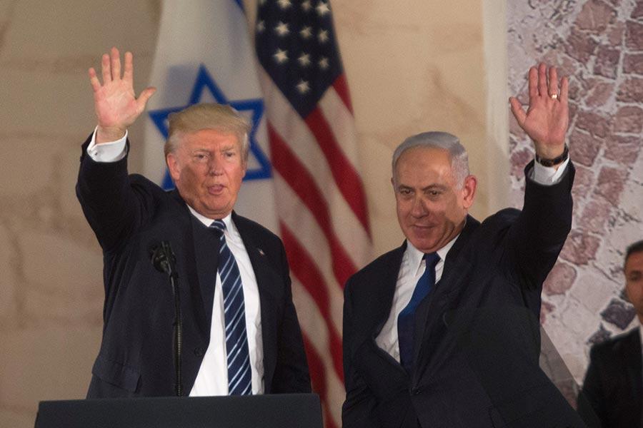 美國是否將駐以色列大使館遷往耶路撒冷,總統特朗普周四簽署豁免令,決定將大使館留在特拉維夫。圖為特朗普及以色列總理內塔尼亞胡。(Lior Mizrahi/Getty Images)