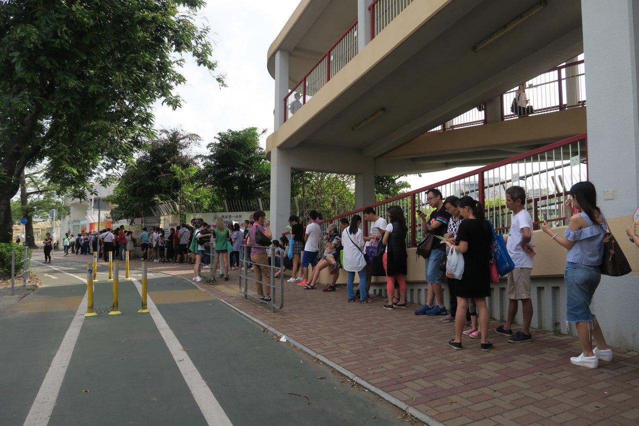 派位中心未開放,門外已有大量家長在排隊等候。(陳仲明/大紀元)
