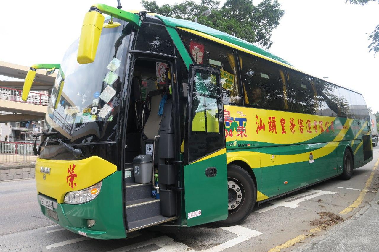 現場停泊中港直通巴士。(陳仲明/大紀元)