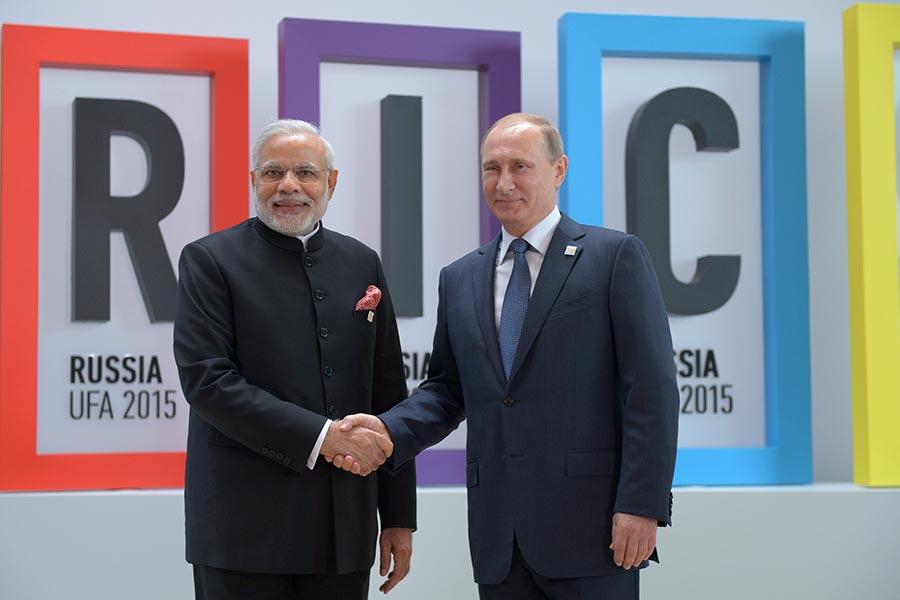 印度總理莫迪和俄國總統普京周四共進晚餐,深化雙方關係,專家認為,兩人的目的是為了制衡中共。(Sergey Guneev/Host Photo Agency/Ria Novosti via Getty Images)