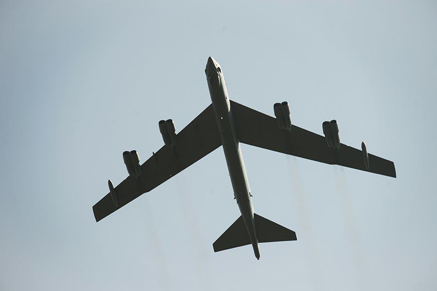 美國空軍在部署遠程B-52轟炸機和800名飛行員到英國,支持北約盟國六月份在全歐洲舉行的聯合軍演。(ELLIOTT VERDIER/AFP/Getty Images)