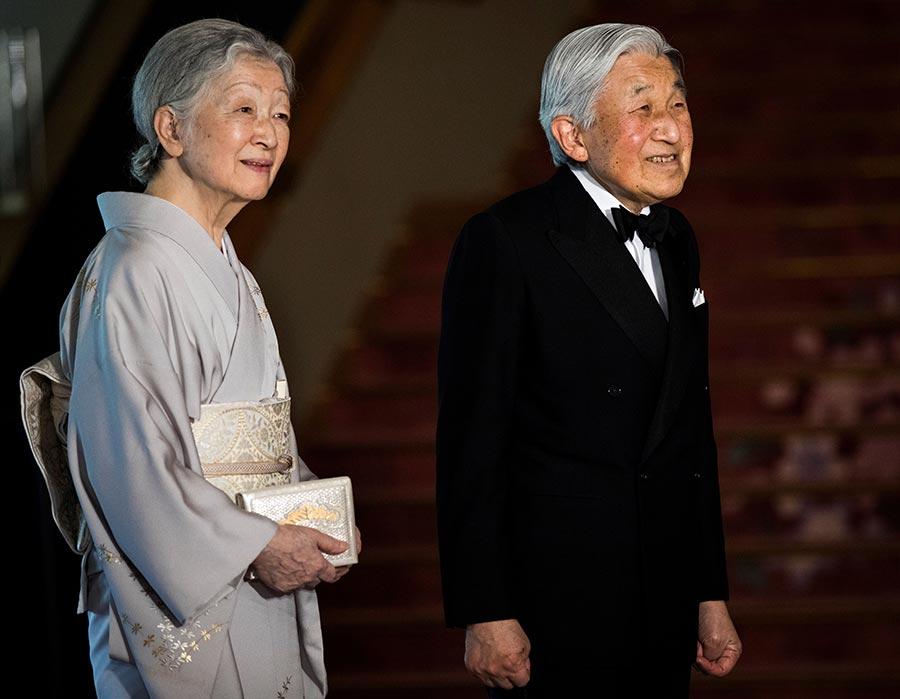 周五(6月2日),日本東京眾議院指導委員會表決通過了天皇退位特例法案,為近兩個世紀以來第一次出現天皇生前退位鋪平了道路。圖為明人天皇和皇后美智子。(BEHROUZ MEHRI/AFP/Getty Images)