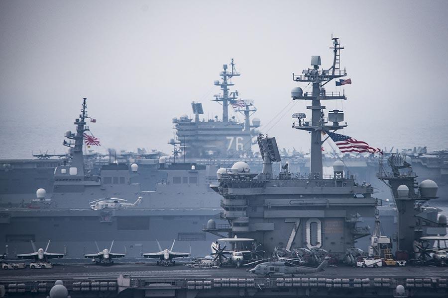 為因應朝鮮半島局勢,美國兩艘核動力航空母艦與日本自衛隊軍艦從6月1日起進行連續3天的聯合軍事演習。(AFP PHOTO / US NAVY/Z.A. LANDERS)
