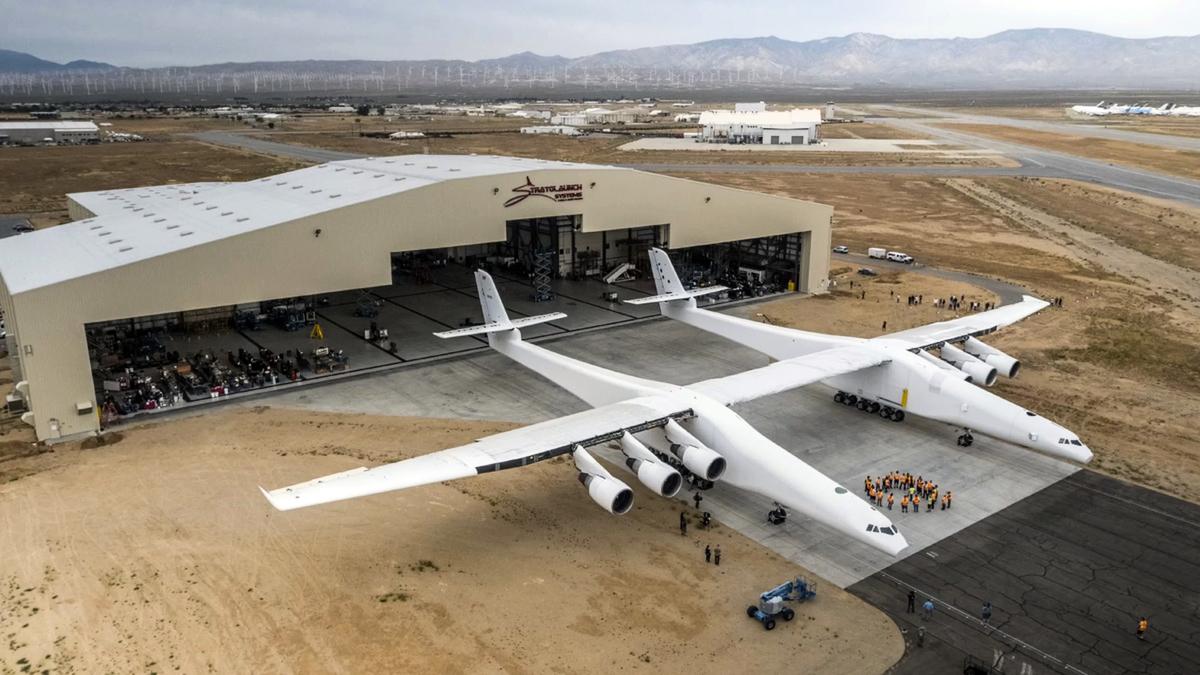 全球最大的雙機身飛機「同溫層發射」(Stratolaunch),於5月31日首次從美國加利福尼亞州莫哈韋航空基地出庫,開始進行測試。(圖片來源:Stratolaunch Systems Corp.)