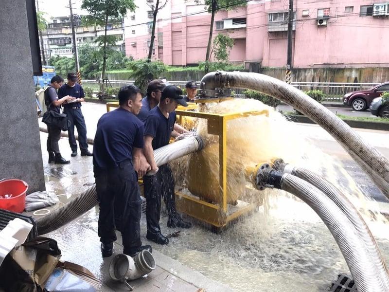 6月2日台灣豪雨肆虐,造成基隆市基金一路周邊地區及大樓地下室發生嚴重水浸災情,海軍司令部投入兵力為225人,抽水機44部已完成5棟大樓,總計210萬加侖的抽水作業。(台灣國防部發言人Facebook)