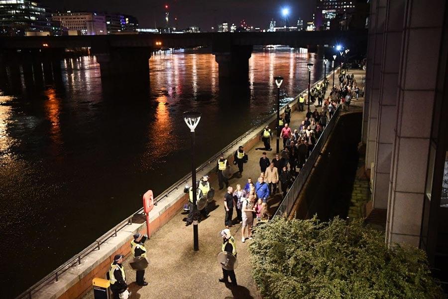 倫敦大橋6月3日晚發生恐襲慘案,一輛客貨車(Van)高速撞向行人。(Carl Court/Getty Images)