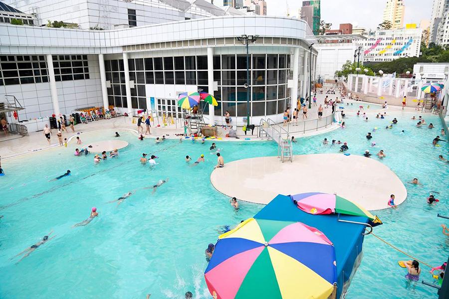 炎熱天氣下的九龍公園泳池,市民以游泳消暑。(余鋼/大紀元)