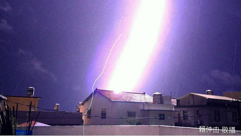 紫色閃電從天而降 台攝影師拍下驚人瞬間