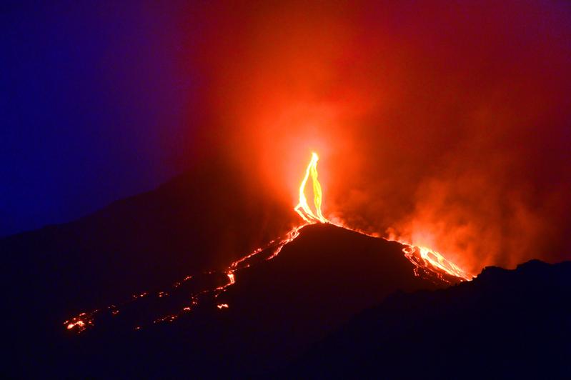 意大利埃特納火山日前再度噴發。圖為該火山於2014年8月13日噴發的景致。(TIZIANA FABI/AFP)