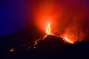 意大利火山噴發 岩漿如火龍照亮夜空