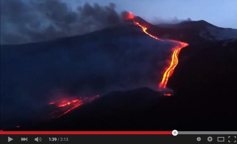 埃特納火山的炙熱岩漿如同一條火龍照亮夜空。(視像擷圖)