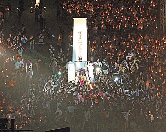 年輕人和支聯會成員在「民主烈士紀念碑」前向六四死難者獻花。(蔡雯文/大紀元)