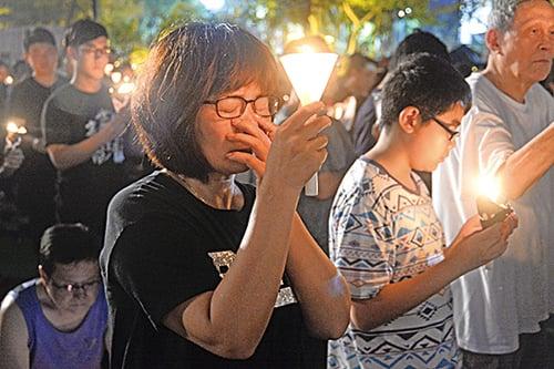 六四屠殺已過去28年,但當燭光再次照亮維園,不少來悼念的港人仍神情哀傷。(宋碧龍/大紀元)