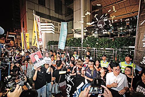 社民連、香港眾志等團體在六四晚會後遊行至中聯辦,要求平反六四和釋放政治犯。(蔡雯文/大紀元)