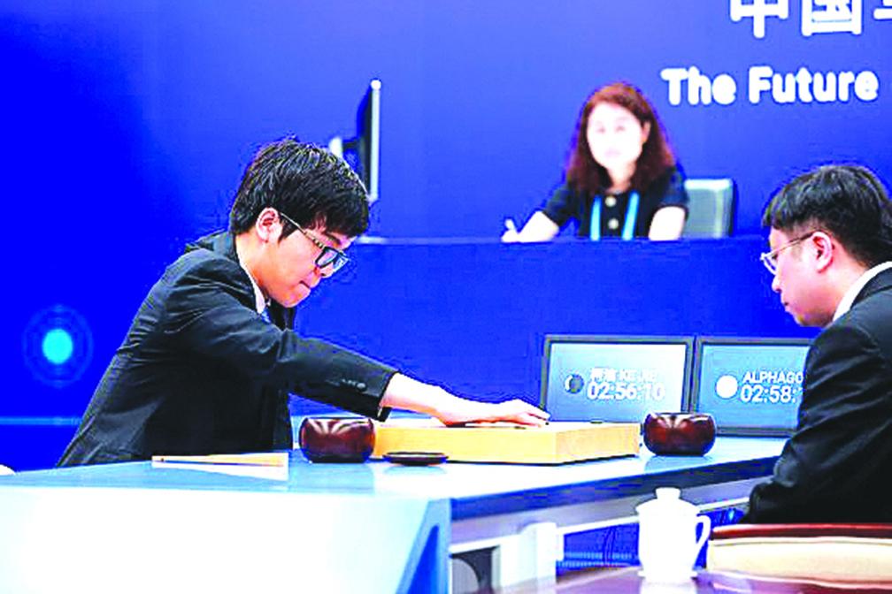 近日的圍棋人機大戰中,機械人AlphaGo大勝世界圍棋冠軍柯潔(左)。人工智能再次成為全社會關注的焦點。(Getty Images)