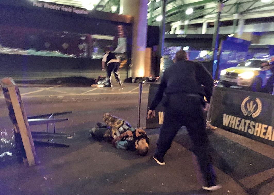 在倫敦大橋恐襲中,遭警方擊斃的其中一名攻擊者,他身穿疑似炸彈的背心,後經證實為假炸彈。(AFP)