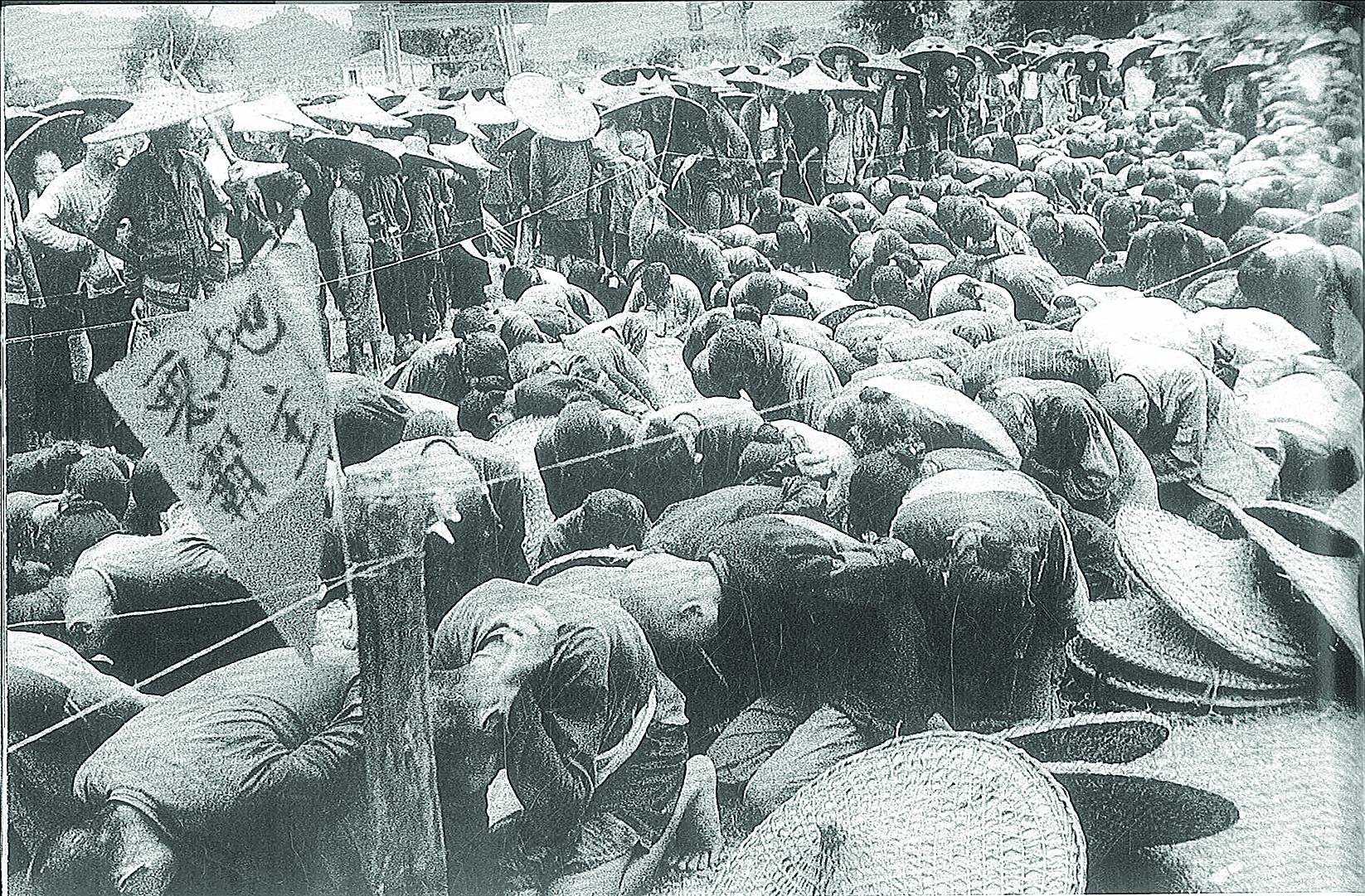 中共為鞏固新政權,發動鎮壓反革命運動和土地改革運動。圖為1951年被清查逮捕的「地主」們。(National Archives)