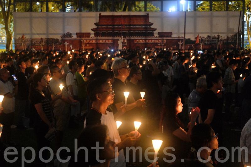 昨日有11萬人出席六四燭光集會,當中不乏大陸民眾專程赴港參與。他們譴責中共是殺人政權,並表達對民主自由的渴望,又感謝香港人拒絕中共侵蝕、堅持悼念六四。(宋祥龍/大紀元)