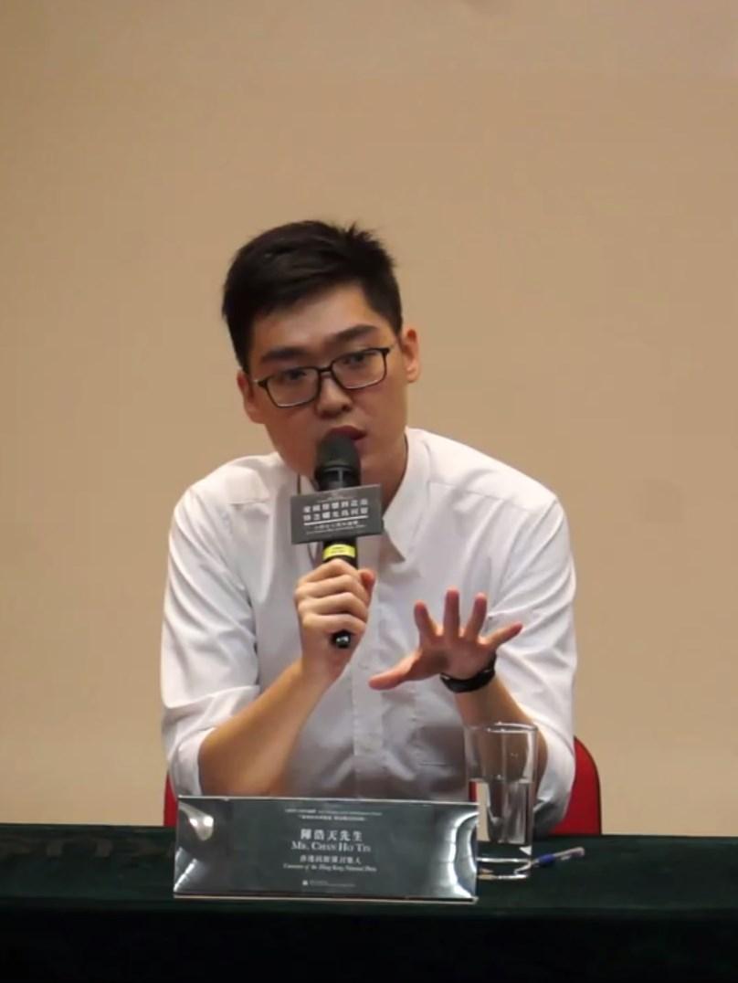 陳浩天強調不應遺忘六四,但批評支聯會舉辦的六四悼念活動「中國民族主義色彩濃烈」,讓參與者覺得「因為有情感的聯繫所以悼念」。(港大學生會校園電視影片擷圖)