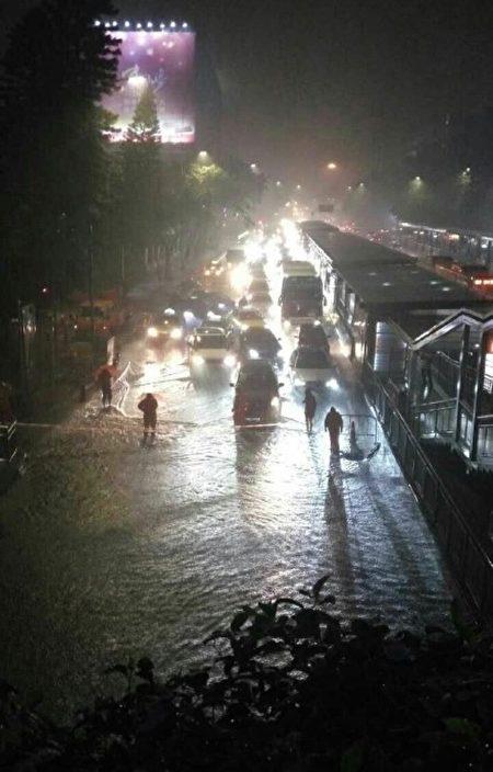 廣州多條道路因水浸而出現交通擁擠。(網絡圖片)
