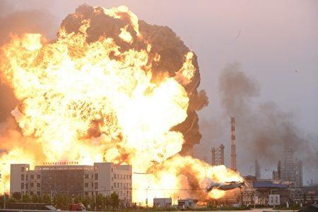 石化廠內的1,000立方公尺液態烴球罐爆炸起火,現場不僅火勢猛烈、濃煙大起,連在10里外的民眾都能感受到爆炸威力。(網絡圖片)