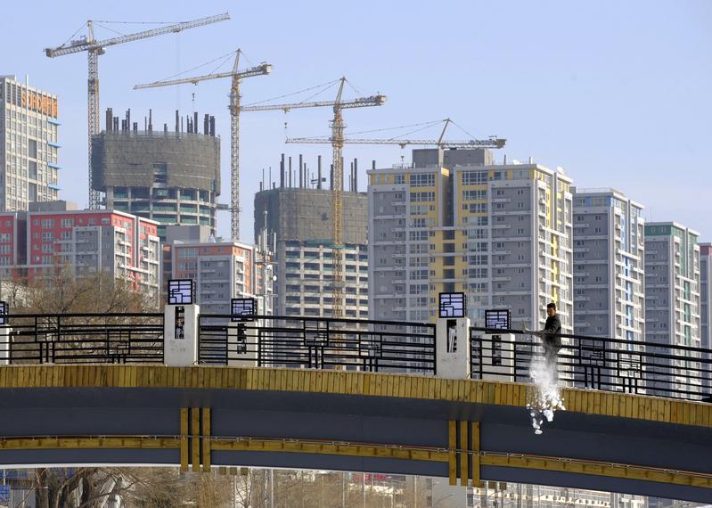 距離北京近30公里的河北燕郊,曾經紅火的房產中介店鋪門可羅雀,「中介一條街」已名存實亡。圖為北京公寓大樓。(LIU JIN/AFP/Getty Images)
