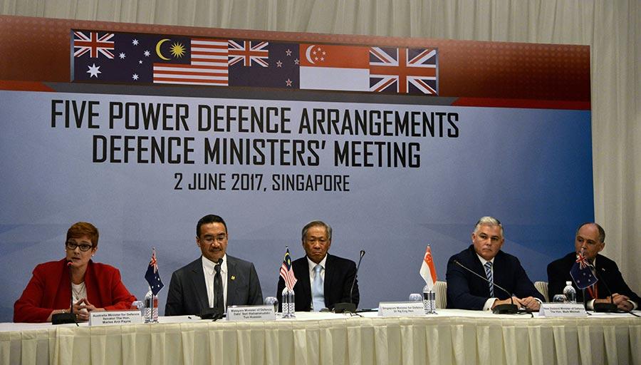 澳洲、新西蘭、英國、馬來西亞和新加坡本周末重新啟動五國防禦協議。官員說他們希望更好的連接新軍事能力,並且加強反恐努力和軍事安全。(TOH TING WEI/AFP/Getty Images)