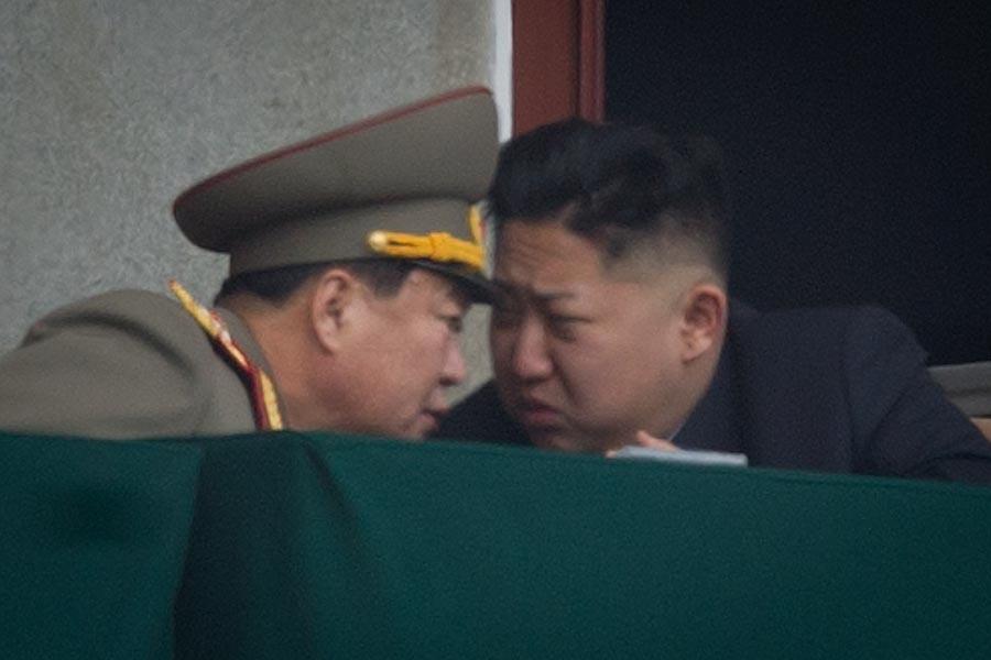 聯合國安理會周五(6月2日)宣佈擴大對北韓的制裁,北韓作出回應。圖為北韓金正恩2012年4月跟一個北韓軍方領導人密談。(Ed Jones/AFP/Getty Images)