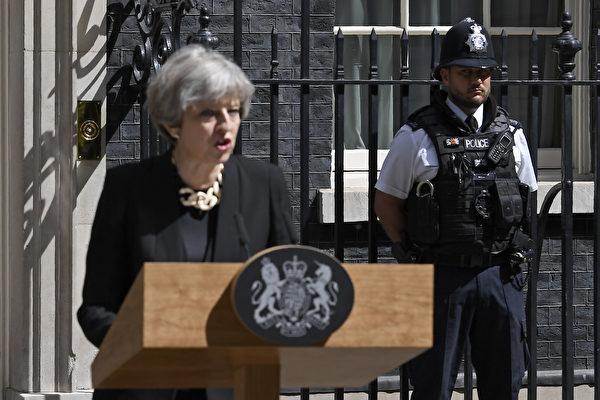 英國首相文翠珊在周日(4日)上午就6月3日倫敦發生的恐怖襲擊事件,在唐寧街10號外發表講話。(Justin TALLIS / AFP)