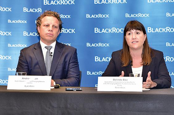 貝萊德亞洲及環球新興市場股票團隊主管施安祖(Andrew Swan)(左)和信貸團隊主管賽思(Neeraj Seth)。(郭威利/大紀元)
