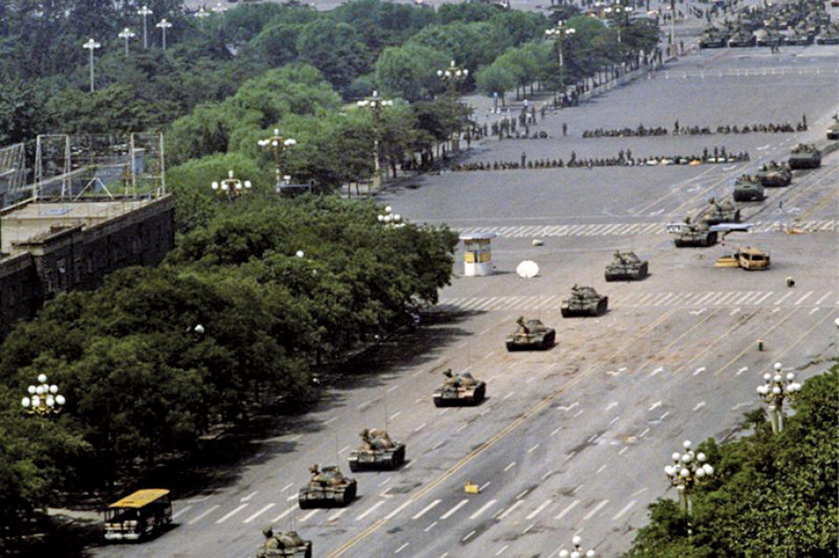 美國白宮及中央情報局解密的文件顯示,「六四」清場,中共派坦克軍隊鎮壓時,中共軍隊曾發生內訌。(資料圖片)