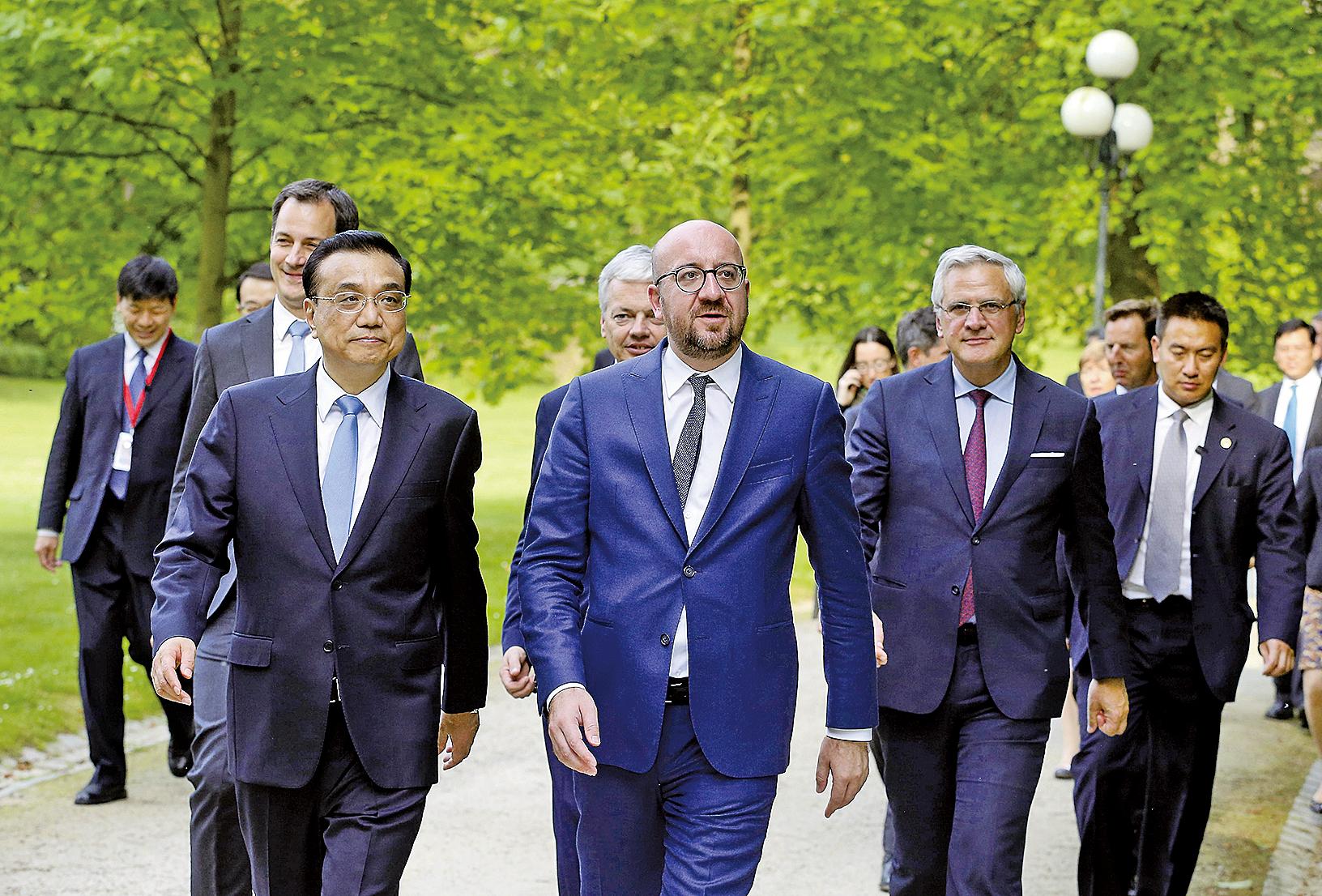 李克強(左一)在上周訪歐,正值美國宣佈退出《巴黎氣候協定》之際,外界特別關注此行意義。(AFP)