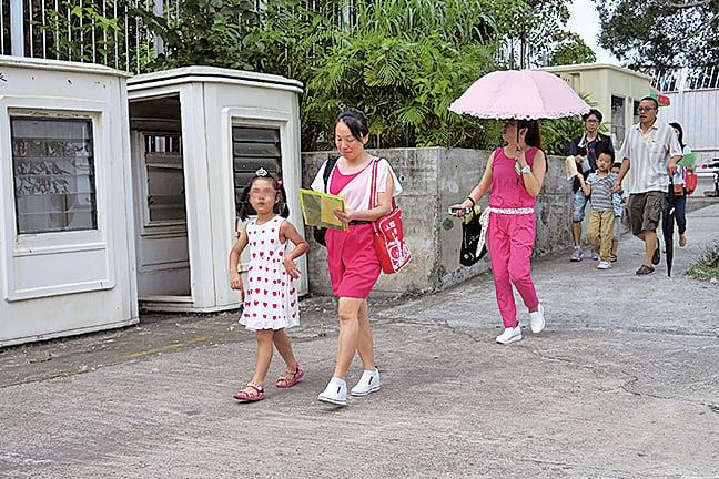 圖為6月3日家長及子女抵達小一入學統一派位中心,準備領取派位結果。(陳仲明/大紀元)