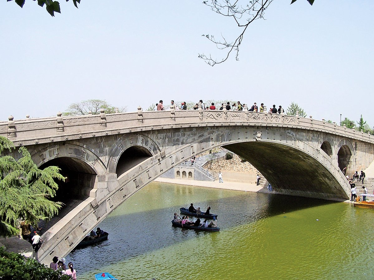 這座「歷經近一千四百年的風雨」的古橋,經過翻修,全都「煥然一新」,外貌明顯改變,趙州橋作為古拱橋已經名存實亡。