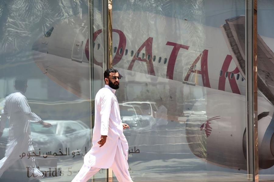 巴林、沙特等7國宣佈與卡塔爾的斷交,限令卡塔爾外交官48小時內離境,並禁止卡塔爾公民前往這些國家。圖為一名男子經過卡塔爾航空在沙特的分部。(FAYEZ NURELDINE/AFP/Getty Images)